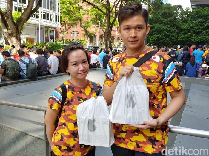 Pasangan asal Bogor berburu iPhone baru. Foto: Adi Fida Rahman/detikinet