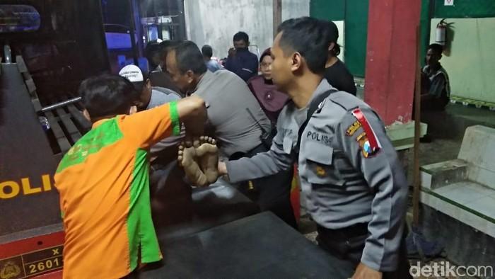 Jenazah korban dievakuasi (Foto: M Rofiq)