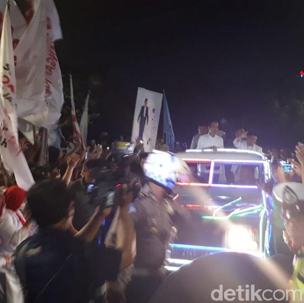 Naik Land Rover Kerlap-Kerlip, Jokowi-Maruf Amin Tiba di KPU