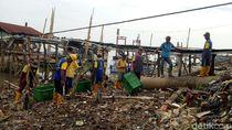 Tanpa Alat Berat, Petugas Angkut Sampah Sungai Musi Pakai Tangan
