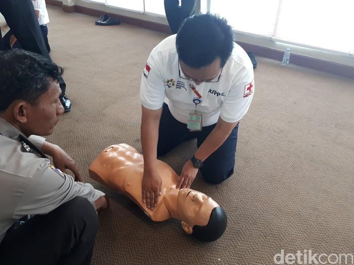 Pak polisi serius sekali mendengarkan arahan dari tim Bantuan Hidup Dasar (BHD) Rumah Sakit Pusat Pertamina (RSPP), saat mengikuti pelatihan baru-baru ini. Foto: Widiya Wiyanti/detikHealth