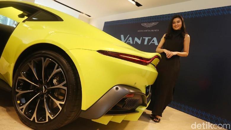 Model berpose dengan Aston Martin Vantage seharga Rp 5 miliaran (Foto: Ari Saputra)