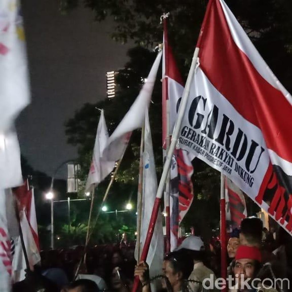Nyanyi Lagu 2019GantiPresiden, Pendukung Prabowo-Sandi Tiba di KPU