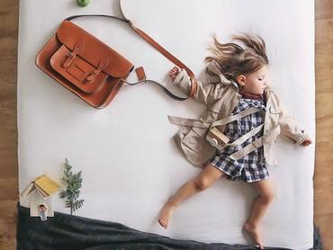 Seperti gadis yang sedang terburu-buru pergi ke sekolah, padahal si kecil sedang tidur nyenyak. (Foto: Instagram @sienna.and.i)