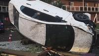 Sebuah mobil hancur diterjang tornado. VINCENT-CARL LERICHE/via REUTERS.