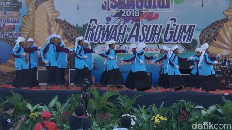 Atraksi budaya saat pembukaan Festival Pesona Senggigi 2018 (Harianto Nukman/detikTravel)