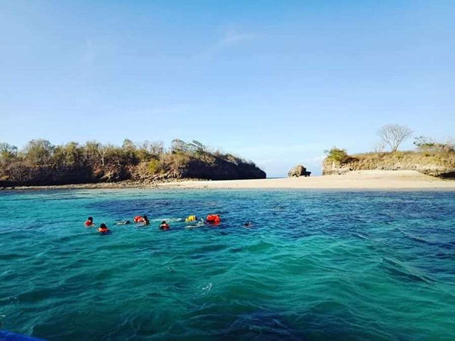 Pantai Pink berada di ujung selatan Kabupaten Lombok Timur. Tepatnya di Dusun Temeang, Desa Sekaroh, Kecamatan Jerowaru, Lombok Timur, Nusa Tenggara Barat (Randi Boat/istimewa)
