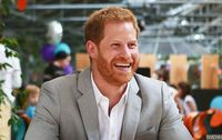 Aksi Lucu Pangeran Harry Saat Curi Samosa di Belakang Meghan Markle