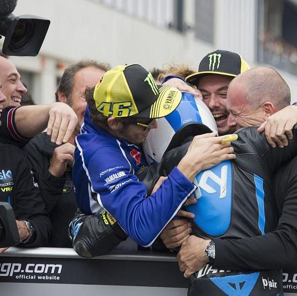 Rossi Berharap Romano Fenati Bisa Balapan Lagi