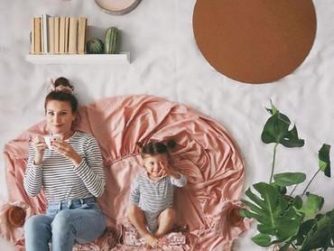 Seakan sedang bersantai minum teh padahal sedang berpose di atas selimut dan seprai. (Foto: Instagram @sienna.and.i)