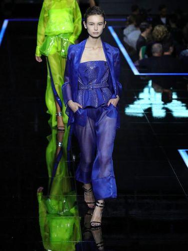 Unik, Giorgio Armani Gelar Fashion Show di Bandara