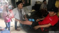Para pasien tengah menjalani pengobatan di rumah praktek patah tulang Haji Naim, Sabtu (22/9).