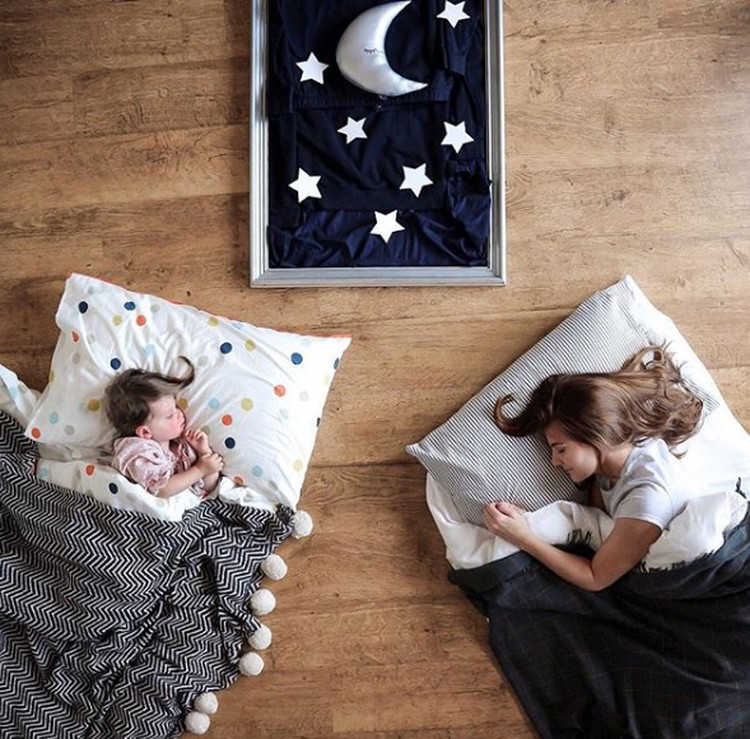 Seorang blogger dan ibu bernama Danielle memakai perabot rumah dan beberapa barang lainnya untuk membuat sebuah background foto putrinya, Sienna. (Foto: Instagram @sienna.and.i)