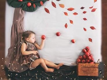 Ketika Sienna tidur di kasur, Danielle menambahkan kain dan beberapa daun serta buah untuk membentuk sebuah pohon. (Foto: Instagram @sienna.and.i)