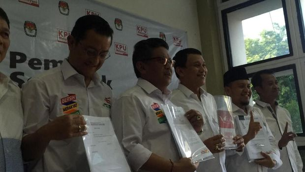 Para sekretaris jenderal (sekjen) partai koalisi Presiden Joko Widodo (Jokowi) dan Kiai Ma'ruf Amin menyerahkan Laporan Awal Dana Kampanye (LADK) kepada KPU.