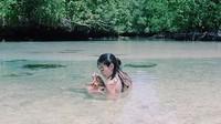 Ratu Felisha bermain bersama bintang laut. Foto: Instagram Ratu Felisha