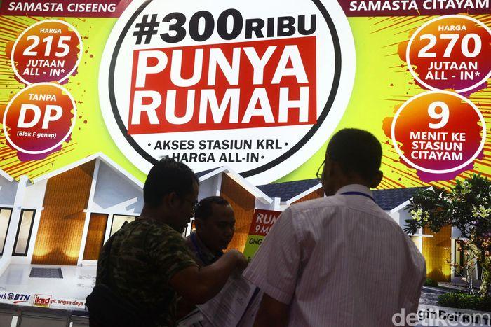 Pengunjung melihat stand properti di Indonesia Property Expo (IPEX) 2018 yang berlangsung di JCC, Jakarta, Sabtu (22/9/2018).