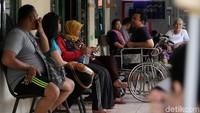 Puluhan hingga ratusan orang selalu mendatangi rumah sederhana di daerah Cilandak, Jakarta Selatan. Mereka datang untuk menyembuhkan penyakit patah tulang, keseleo, bengkak, dll.