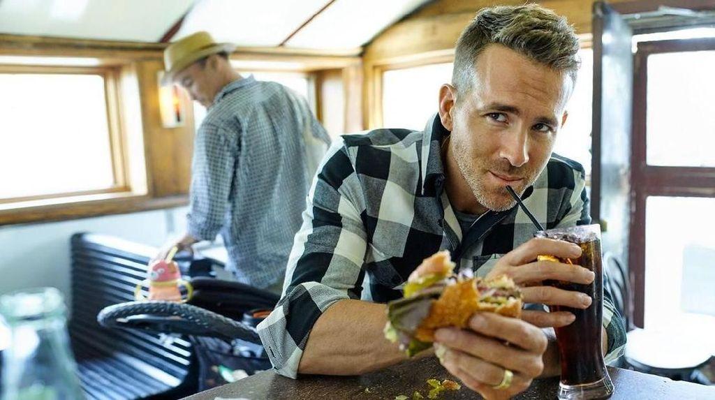 Tampan dan Humoris! Ryan Reynolds Ternyata Hobi Makan Cake dan Kembang Gula