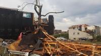 Sampah dan puing-puing bangunan berserakan. VINCENT-CARL LERICHE/via REUTERS.
