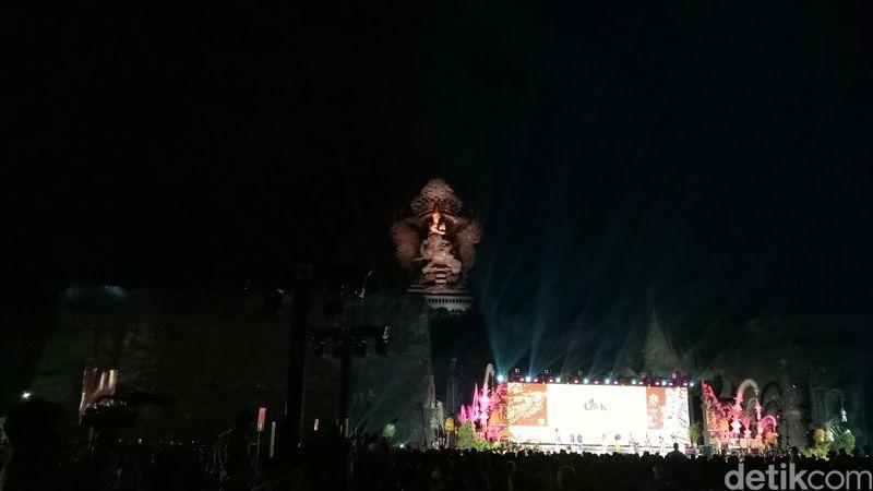 AKhirnya Monumen GWK diresmikan malam ini di Bali. Sosoknya pun tampak gagah menyala dalam sorotan lampu (Haris/detikTravel)