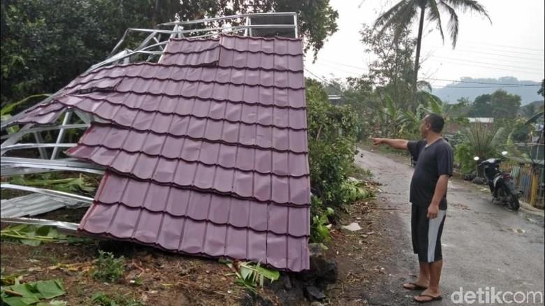 Penampakan Atap Terbang Tertiup Puting Beliung di Sukabumi