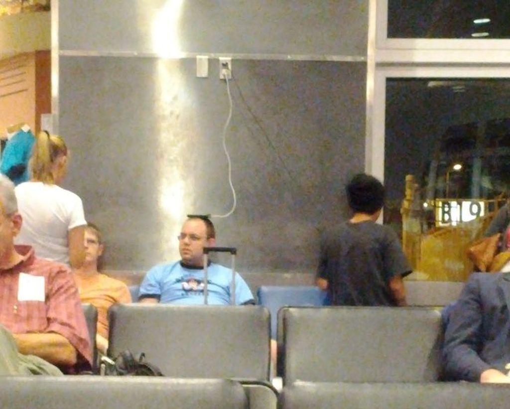 Stop kontak terlalu tinggi? tak masalah bisa diletakkan di atas kepala. (Foto: Brightside)