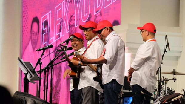 Elek Yo Band menyanyikan lagu Pelangi.