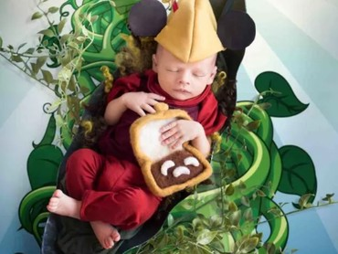 Gemas banget, pakai kostum Mickey and The Beanstalk. (Foto: Karen Marie via Babble)