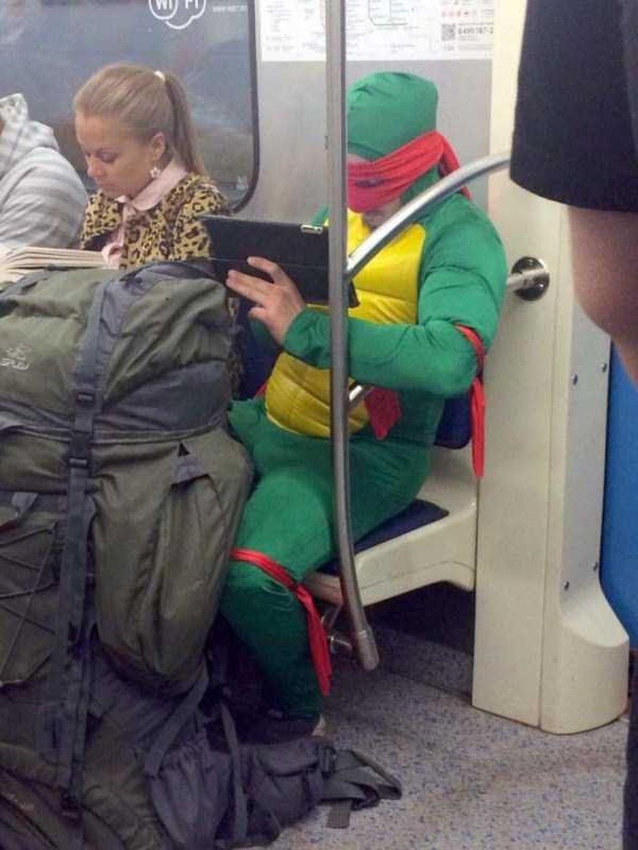 Tuh, bukan hanya anak sekolah atau pekerja kantoran, super hero seperti Ninja Turtle juga ikut menikmati fasilitas kereta. Foto: Istimewa