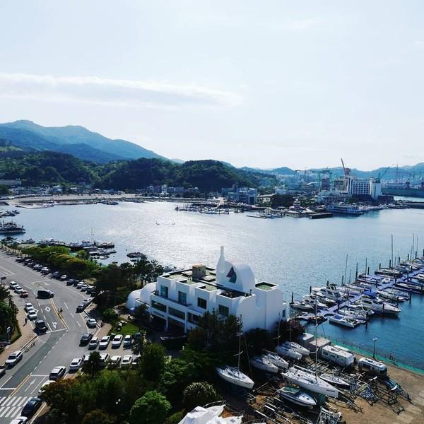 Hari Jisun juga suka memposting keindahan alam negaranya, Korea Selatan. Salah satunya adalah Tongyeong, kota di pesisir pantai yang disebutnya tempat indah yang tersembunyi di Korea (harijisun/Instagram)