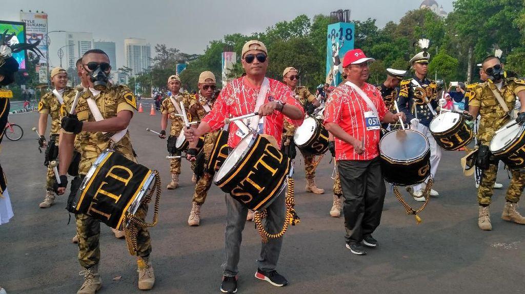 Bertopi Terbalik dan Kacamata Hitam, Aksi Budi Karya Main Drumband