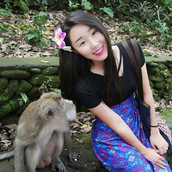 Berfoto dengan monyet di Monkey Forest, Bali. Mukanya Hari Jisun kok ketakutan ya (harijisun/Instagram)