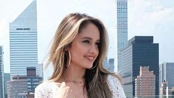 Stunning! Cinta Laura dengan Rambutnya Tergerai