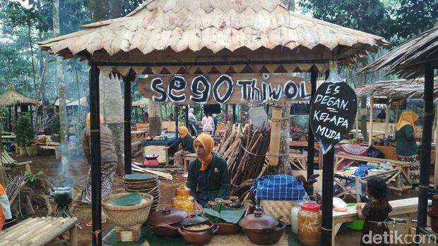 Pasar Unikl Gaya Tempo Dulu di Tengah Hutan Wonosobo