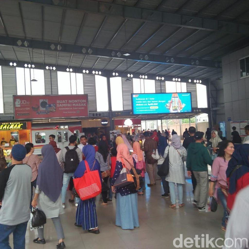 KRL Alami Gangguan, Penumpang Membludak di Stasiun Tanah Abang