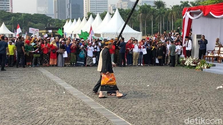 Potret Gandengan Tangan Jokowi-Prabowo di Kampanye Damai