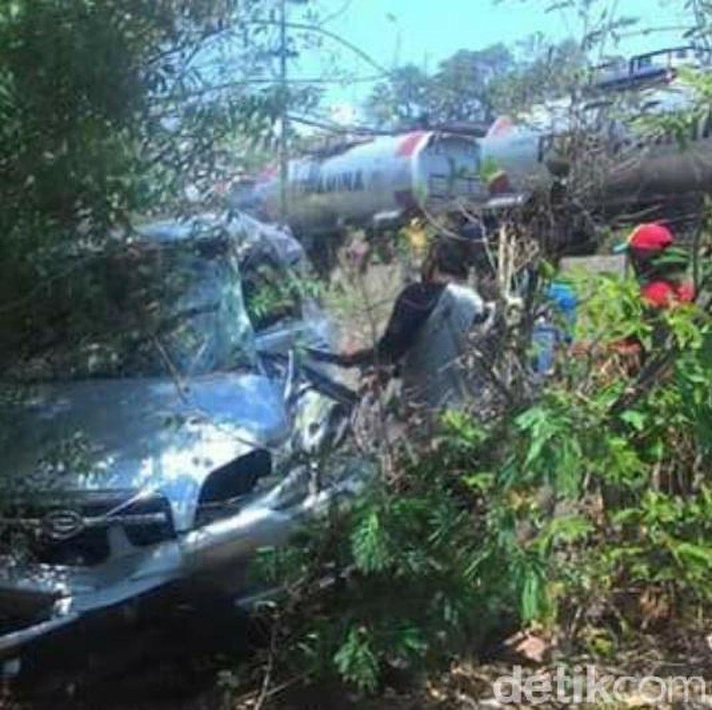 Mesin Mati, Mobil Berpenumpang Pasutri Ditabrak Kereta Api