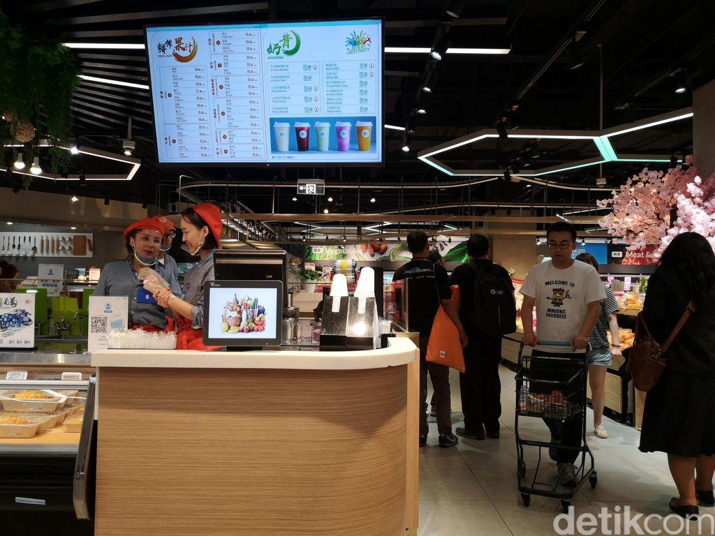 Supermarket Hema menggabungkan layanan pengantaran pesanan online, pembelian langsung di toko, dan konsumsi produk secara langsung. Foto: detikINET/Rachmatunnisa