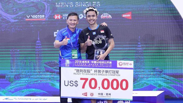 Pelatih tunggal putra pelatnas PBSI, Hendry Saputra (kiri), dan Anthony Sinisuka Ginting di podium China Terbuka 2018. (dok. Humas PBSI)