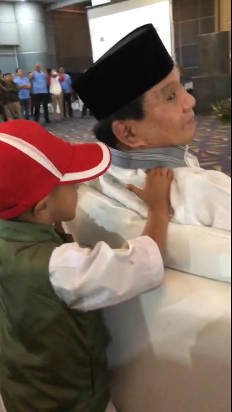 Saat Prabowo Dipijat Bocah Usai Pidato di Acara Koalisi