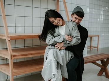 Kebahagiaan mereka makin komplit dengan Gya yang saat ini sedang hamil 21 minggu. Sehat terus bumil Gya! (Foto: Instagram/tarrabudiman)