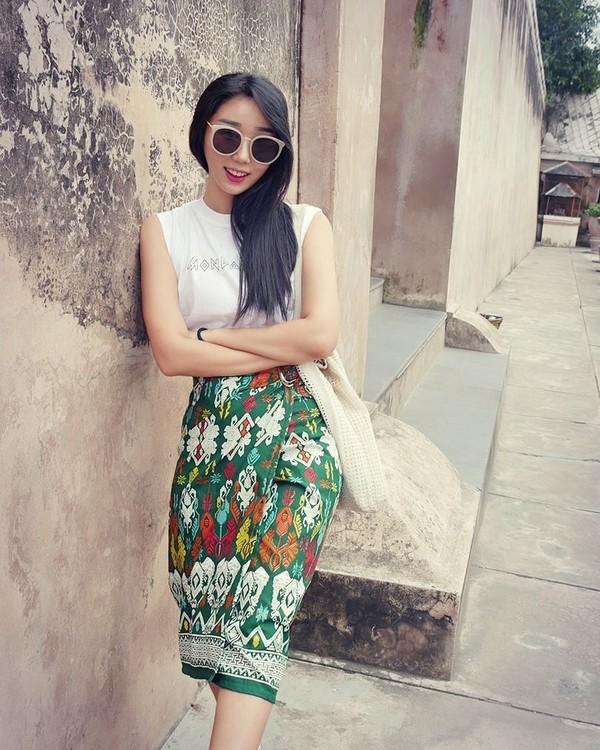 Jalan-jaalan di Taman Sari, Yogyakarta, Hari Jisun pamer habis beli rok baru (harijisun/Instagram)
