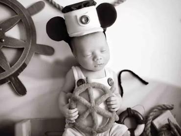 Bayi ini mengenakan kostum Mickey Mouse di kartun Steamboat Willie. Kartun Mickey Mouse pertama yang dirilis oleh Disney tahun 1928. (Foto: Karen Marie via Babble)