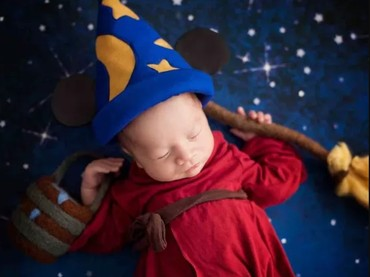 Kostum dari kartun Mickey The Sorcerers Apprentice sudah nggak asing lagi ya? (Foto: Karen Marie via Babble)