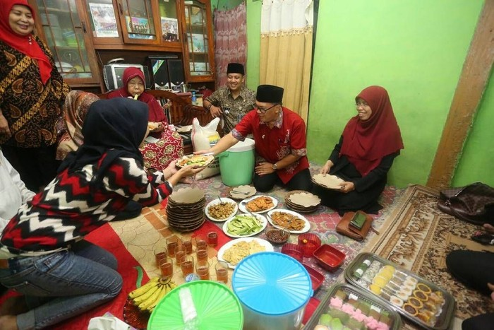 Menggantikan posisi Ridwan Kamil, kini Mang Oded yang bertanggung jawab di kursi walikota Bandung. Di sela kegiatannya, ia suka makan lesehan sambil ngumpul bareng. Foto: Instagram @mangoded_md