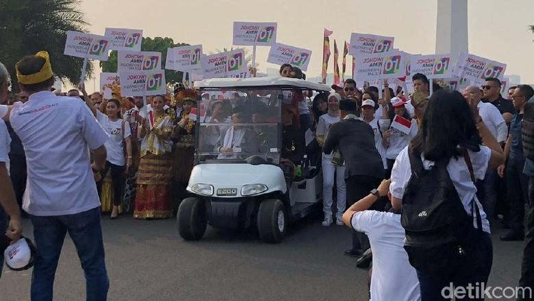 Lewati Patung Kuda, Jokowi-Prabowo Lambaikan Tangan ke Masyarakat