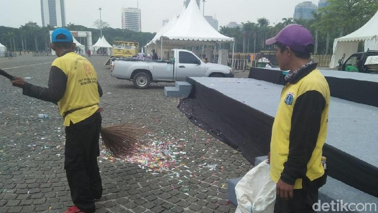 Pascadeklasrasi Kampanye Damai, Sampah Bertebaran di Monas