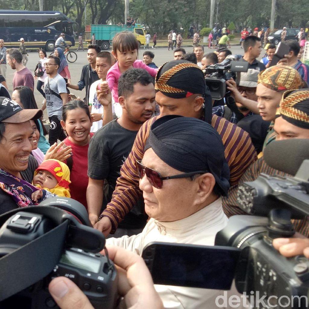Karnaval Kampanye Damai, Prabowo Ciumi Kepala Bayi-bayi Warga
