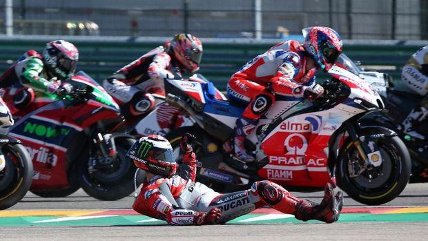 Lorenzo mengalami cedera kaki kanan usai kecelakaan di MotoGP Aragon.